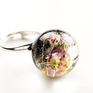 Pierścionek ręcznie robiony z czarnym oczkiem, prawdziwym dmuchawcem i różowym wrzosem 2