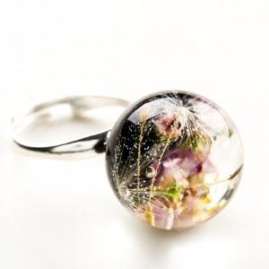 Pierścionek ręcznie robiony z czarnym oczkiem, prawdziwym dmuchawcem i różowym wrzosem