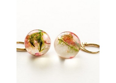 Kolczyki srebrne pozłacane kulki z zielonym mchem i różowymi kwiatami wrzośca.