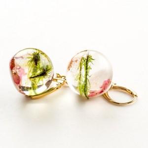 Kolczyki srebrne pozłacane kulki z zielonym mchem i różowymi kwiatami wrzośca. 1