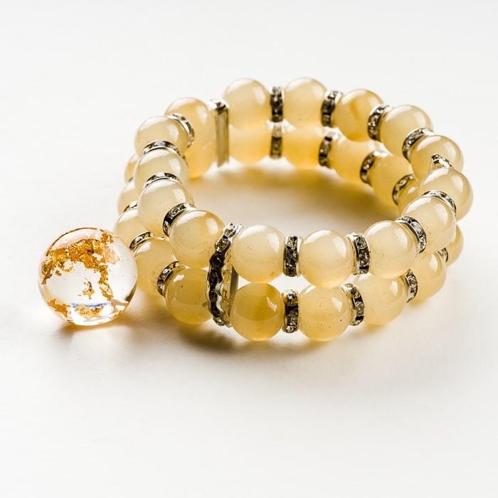 Kremowa duża bransoletka podwójna z zawieszką ze złotymi płatkami