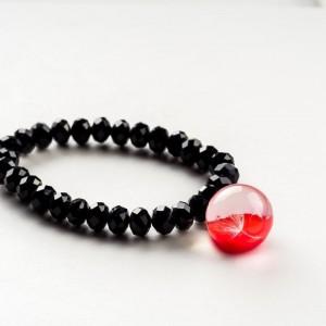 Czarna bransoletka ręcznie robiona z czerwoną zawieszką z prawdziwym dmuchawcem