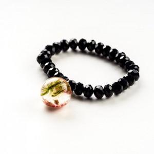 Czarna bransoletka z zawieszką z prawdziwym mchem i różowym wrzosem 2