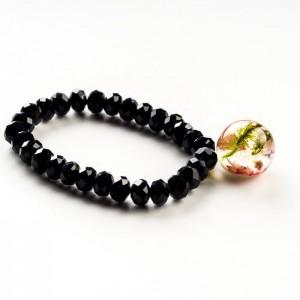 Czarna bransoletka z zawieszką z prawdziwym mchem i różowym wrzosem 1