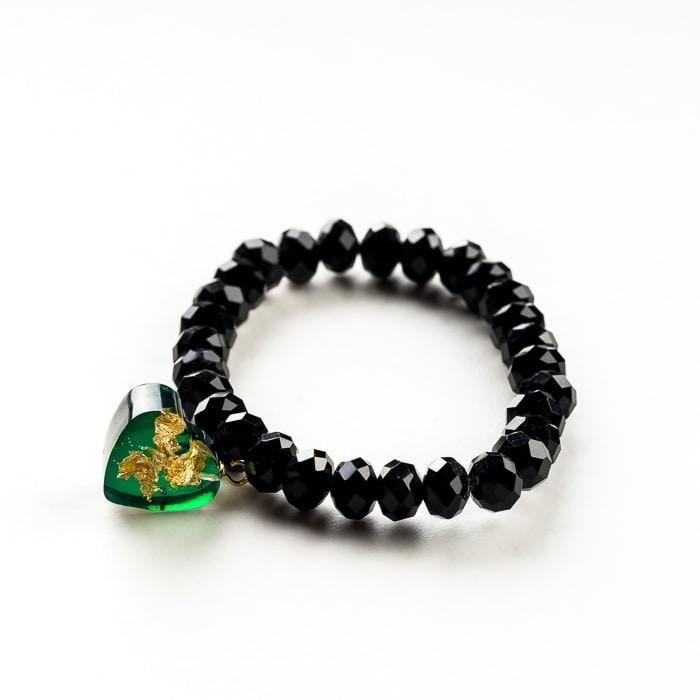 Czarna bransoletka ręcznie robiona z zieloną zawieszką w kształcie serca