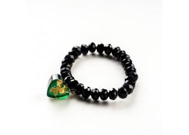 Czarna bransoletka ręcznie robiona z zieloną zawieszką w kształcie serca 1
