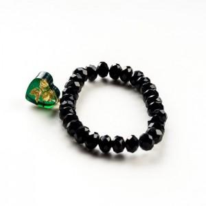Czarna bransoletka ręcznie robiona z zieloną zawieszką w kształcie serca 2