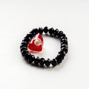 Czarna bransoletka ręcznie robiona z czerwonym serduszkiem i białym koralikiem