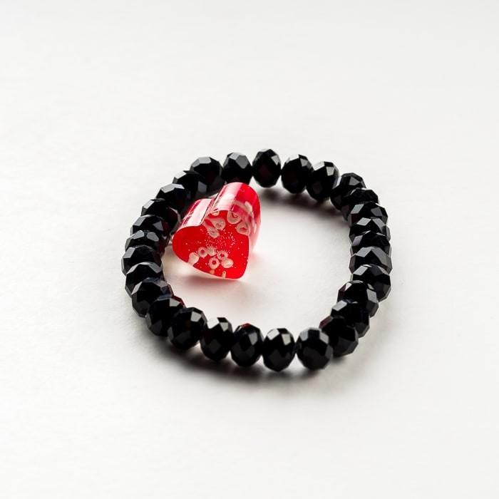 Czarna bransoletka artystyczna z czerwonym serduszkiem