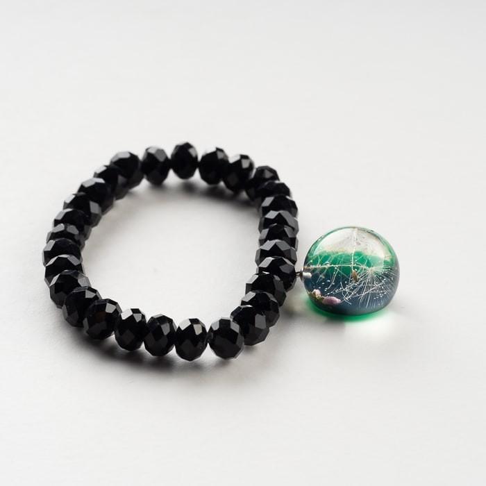 Czarna bransoletka z zieloną zawieszką z prawdziwym dmuchawcem