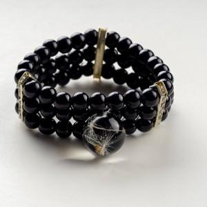 Czarna bransoletka ręcznie robiona z zawieszką z prawdziwym dmuchawcem
