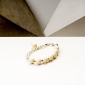 Bransoletka artystyczna damska srebrna z białymi koralikami jadeitowymi