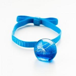 Niebieska bransoletka na gumce z kokardą z prawdziwym dmuchawcem w niebieskiej kulce 2