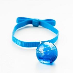 Niebieska bransoletka na gumce z kokardą z prawdziwym dmuchawcem w niebieskiej kulce