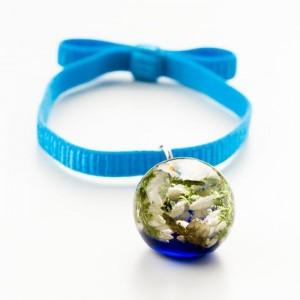 Niebieska bransoletka na gumce z kokardą z białym wrzosem w granatowo – przezroczystej żywicy 1