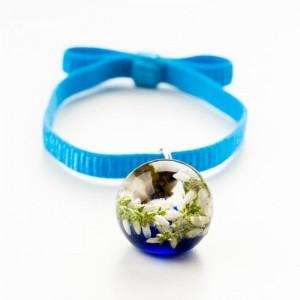 Niebieska bransoletka na gumce z kokardą z białym wrzosem w granatowo – przezroczystej żywicy