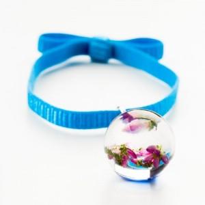 Niebieska bransoletka na gumce z kokardą z różowym wrzosem w przezroczystej kulce 1
