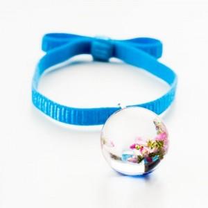 Niebieska bransoletka na gumce z kokardą z różowym wrzosem w przezroczystej kulce