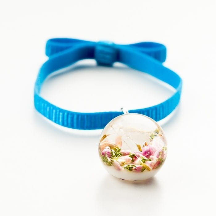 Niebieska bransoletka na gumce z kokardą z prawdziwym różowym wrzosem i dmuchawcem