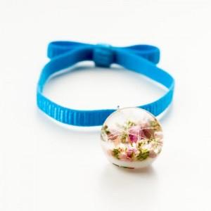 Niebieska bransoletka na gumce z kokardą z prawdziwym różowym wrzosem i dmuchawcem 2