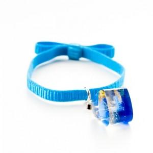 Niebieska bransoletka na gumce z niebieskim serduszkiem z dmuchawcem i złotymi płatkami