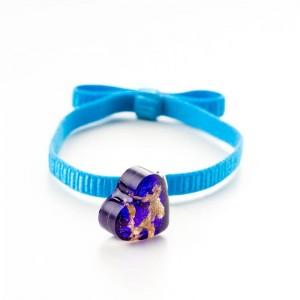 Niebieska bransoletka na gumce z fioletowym serduszkiem i złotymi płatkami 2
