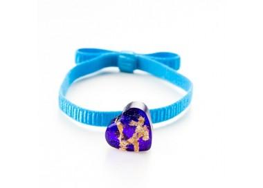 Niebieska bransoletka na gumce z fioletowym serduszkiem i złotymi płatkami 1