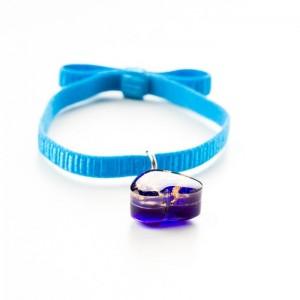 Niebieska bransoletka na gumce z fioletowym serduszkiem i złotymi płatkami
