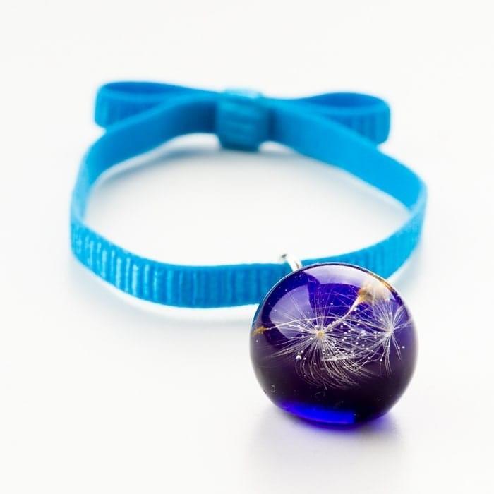 Niebieska bransoletka na gumce z kokardą z zawieszką z prawdziwym dmuchawcem