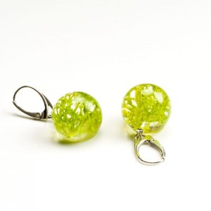 Kolczyki kulki zielone z prawdziwym mchem z żywicy jubilerskiej do letniej sukienki