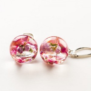 Kolczyki kulki różowe z prawdziwymi kwiatami wrzosu z żywicy jubilerskiej do jasnej koktajlowej sukienki 1