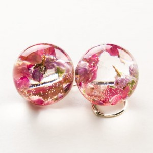 Kolczyki kulki różowe z prawdziwymi kwiatami wrzosu z żywicy jubilerskiej do jasnej koktajlowej sukienki 2