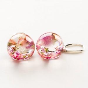 Kolczyki kulki różowe z prawdziwymi kwiatami wrzosu z żywicy jubilerskiej do jasnej koktajlowej sukienki