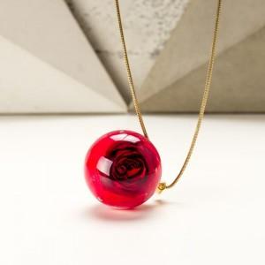 Naszyjnik z prawdziwą czerwoną różą zatopioną w żywicy 2