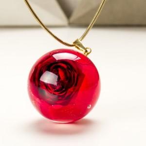 Naszyjnik z prawdziwą czerwoną różą zatopioną w żywicy