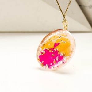 Naszyjnik autorski ze złoto różową zawieszką ręcznie malowaną na pozłacanym łańcuszku  2