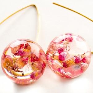 Kolczyki kolorowe z różowym wrzoścem pozłacane