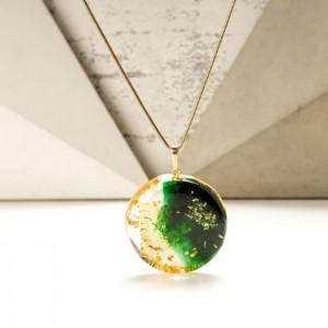 Biżuteria artystyczna, złoto - zielony naszyjnik ręcznie malowany z postacią kobiety