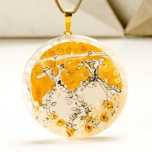 Biżuteria artystyczna - naszyjnik ręcznie malowany  ze złotą okrągłą zawieszką na pozłacanym łańcuszku 1