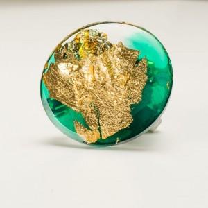 Zielona broszka z płatkami złota - ręcznie wykonana  1