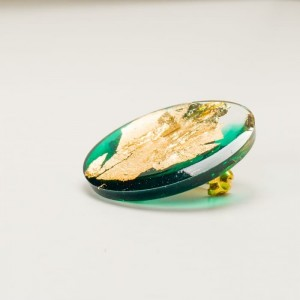 Zielona broszka z płatkami złota - ręcznie wykonana 2