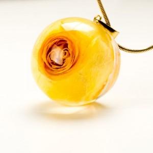 Żółty naszyjnik z prawdziwą żółtą różą na pozłacanym łańcuszku 1