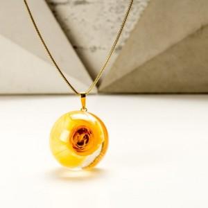 Żółty naszyjnik z prawdziwą żółtą różą na pozłacanym łańcuszku