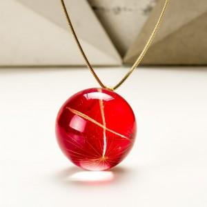 Czerwony naszyjnik dla mamy na pozłacanym łańcuszku z prawdziwymi dmuchawcami z żywicy jubilerskiej  3