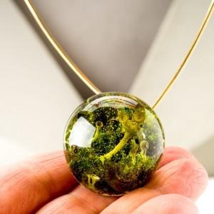 Złoty naszyjnik z zieloną zawieszką ręcznie robiony z prawdziwą rośliną na złoconym łańcuszku 1