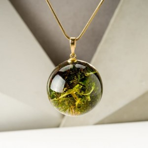 Zielony naszyjnik z prawdziwym leśnym mchem na pozłacanym łańcuszku  1