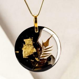 Elegancki naszyjnik ze złotymi płatkami czarno-złoty na pozłacanym łańcuszku z prawdziwą rośliną