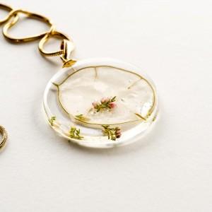 Naszyjnik artystyczny z prawdziwym różowym wrzosem na białym tle   2