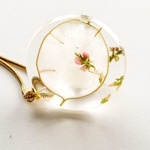 Naszyjnik artystyczny z prawdziwym różowym wrzosem na białym tle   1