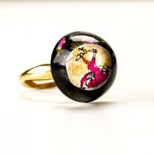 Pierścionek artystyczny z czarno różowym oczkiem